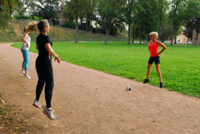 femme sportive regarde sa montre chrono carole nebati