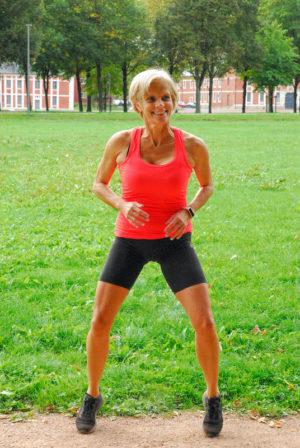sport-a-arras-cours-fitness-en-exterieur-pose-dynamique-sur-demi-pointe-carole-nebati-coach-sportif-a-domicile